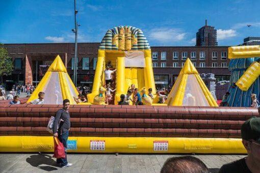 """Huur het springkussen """"Egypte"""" met grote glijbanen bij WE-inflate te Enschede"""