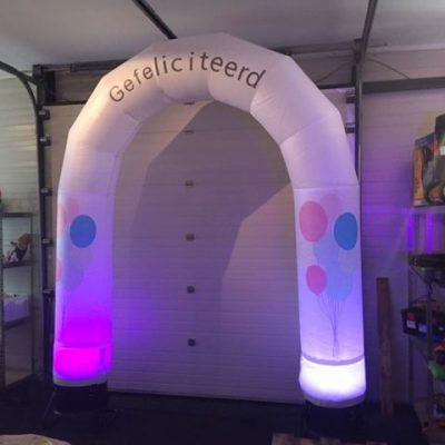 huur de ballonnen-boog, opblaasbaar met led-verlichting en tekst gefeliciteerd bij WE-infate te Enschede